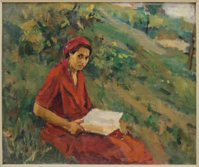 Жінка в червоному з книгою